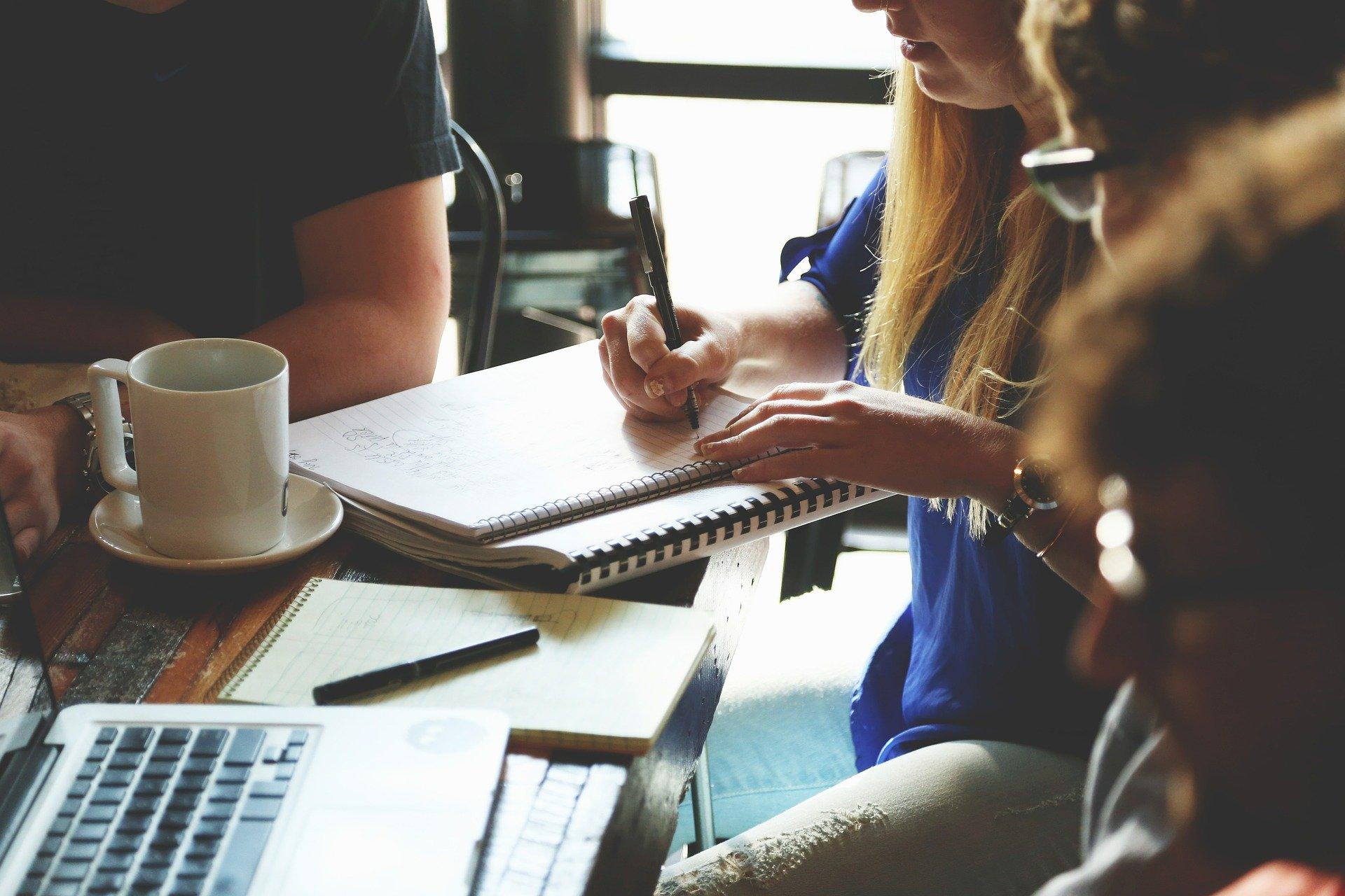 10 Prácticas Esenciales para Mantenerte Enfocado en Aprender Inglés